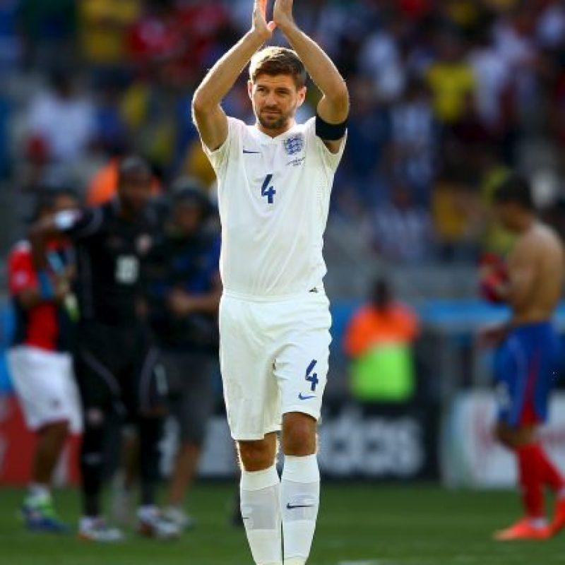 """Dijo adiós después del Mundial de 2014. Gerrard envió una carta a la FA para anunciar su retiro. Fue una decisión muy difícil, una de las más duras que he tenido que tomar en mi carrera. Disfruté cada minuto jugando por mi país y me entristece pensar que no volveré a lucir la casaca inglesa"""". Foto:Getty Images"""