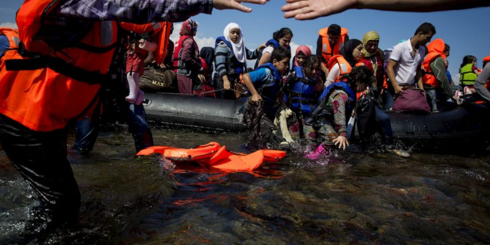 """""""Le enviamos hoy esta carta junto con un chaleco salvavidas que perteneció a una de las 15 mil personas que han sido rescatadas en el Mediterráneo desde el pasado mes de mayo por Médicos Sin Fronteras (MSF). Este chaleco salvavidas es de mala calidad, pero era la única seguridad con la que contaba ese hombre, esa mujer o ese niño mientras intentaba cruzar el mar para llegar a Europa"""", lee la carta. Foto:Getty Images"""