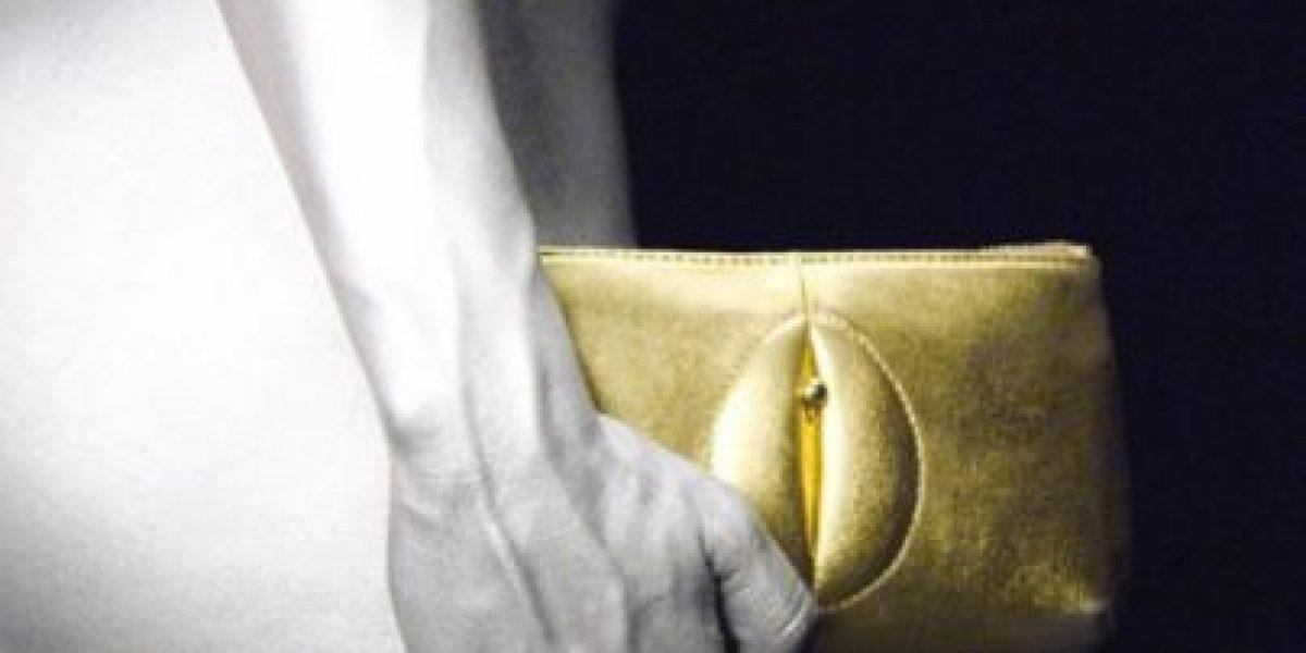 Conozcan los polémicos bolsos con figuras sexuales
