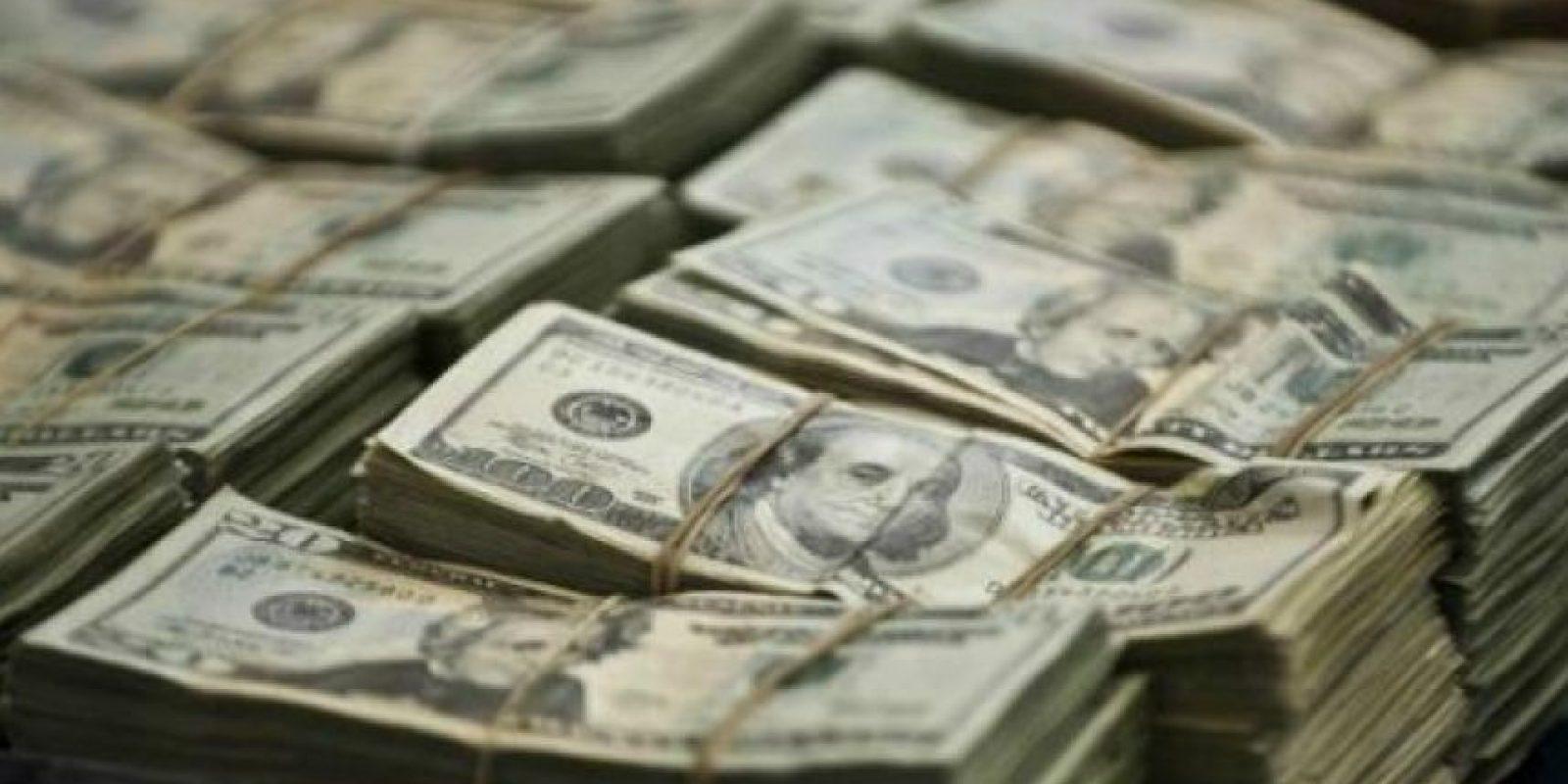 El dinera estaba debajo del asiento trasero de una jeepeta en un compartimiento secreto (caleta) una funda color verde Foto:EFE