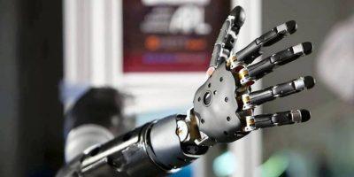 Desarrollan prótesis de mano conectada a cerebro que permite la sensación