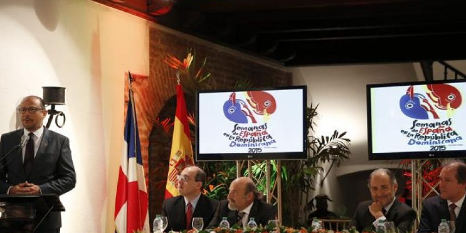 """El ministro dominicano de Cultura, José Antonio Rodríguez, habla ante el embajador de España Jaime Lacadena (3d), en la inauguración de la tercera edición de las """"Semanas de España"""" Foto:EFE/Orlando Barría"""