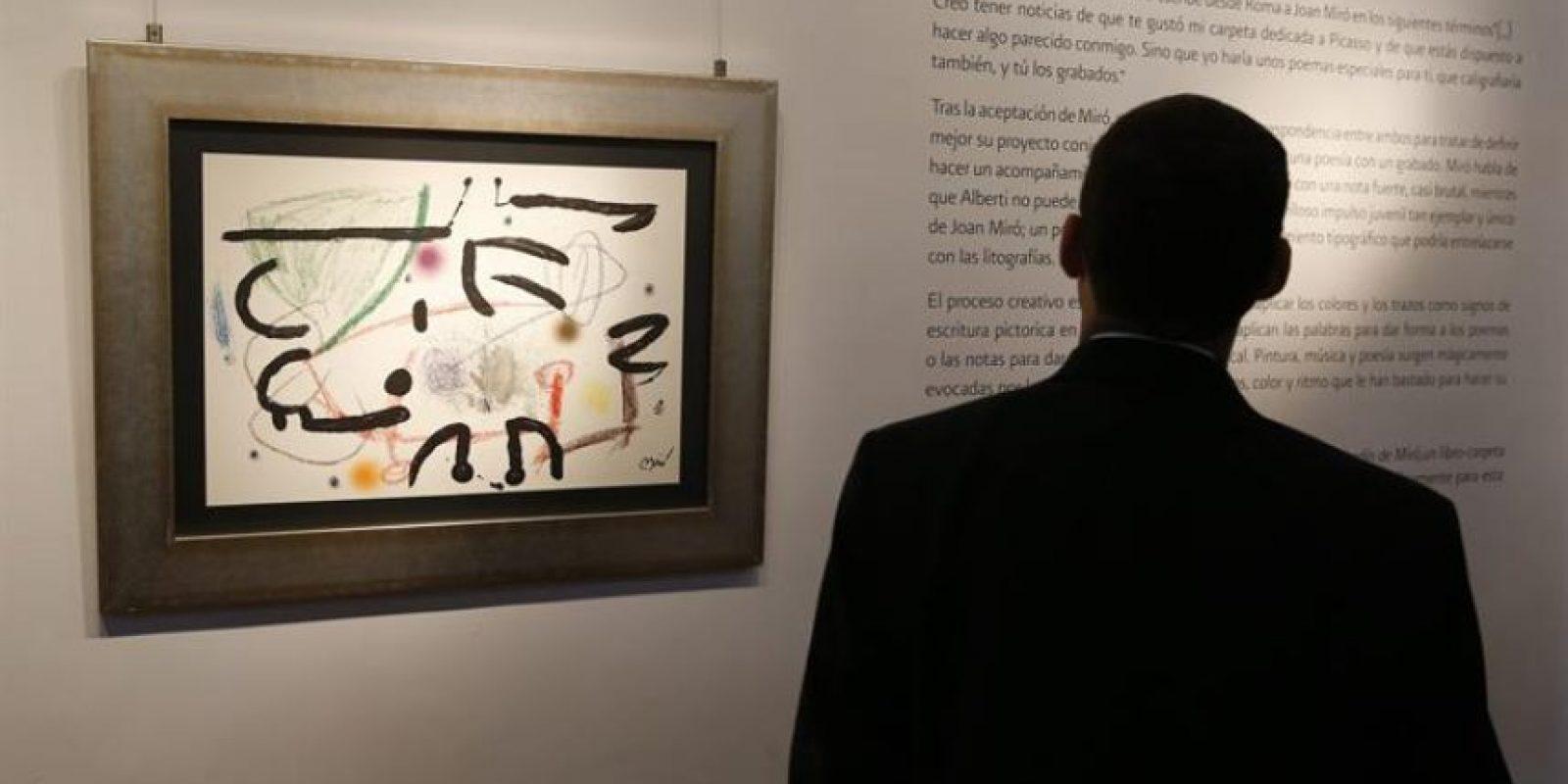 """Un hombre asiste a la tercera edición de las """"Semanas de España"""", donde se abrió al público una colección conformada por 52 obras de Joan Miró Foto:EFE/Orlando Barría"""