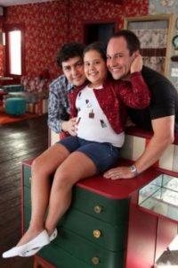 Fue adoptada por su tío Fábio Lopes y su pareja, el dermatólogo John Paulo Afonso. Foto:vía instagram.com/karolina_lannes