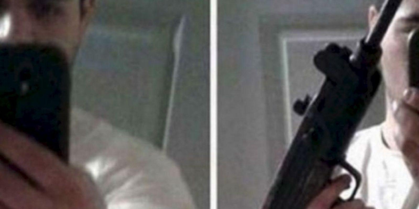 Este joven decidió publicar este selfie mientras sostenía la ametralladora que utilizó en el robo a un banco Foto:Twitter