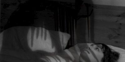 Las personas con mucho estrés o jet lag pueden sufrir este fenómeno, debido a que el cuerpo se encuentra sobreexcitado. Foto:vía Tumblr