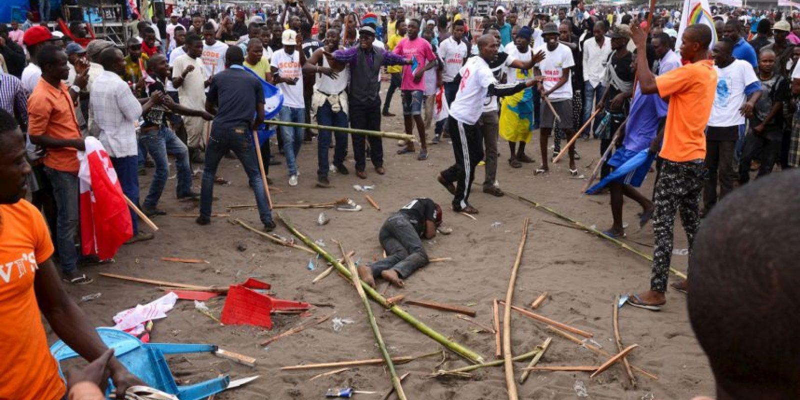Hombre golpeado por ser parte de ser parte de una pandilla pro-gobierno que atacó a su manifestación en Kinshasa. Foto:AFP
