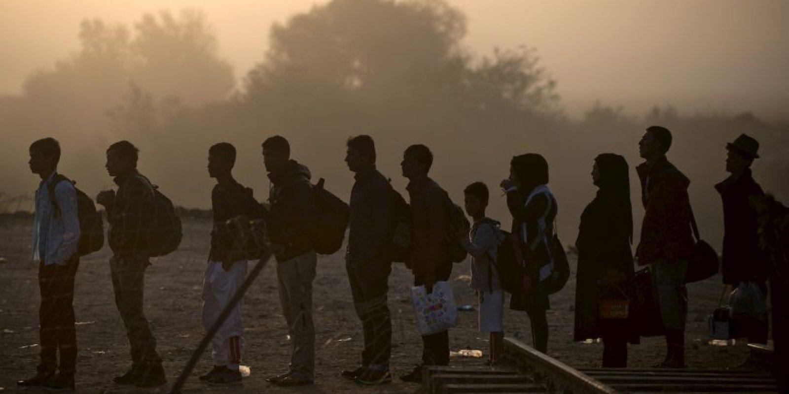 Migrantes y refugiados esperan formados para poder cruzar la frontera de Grecia y Macedonia. Foto:AFP