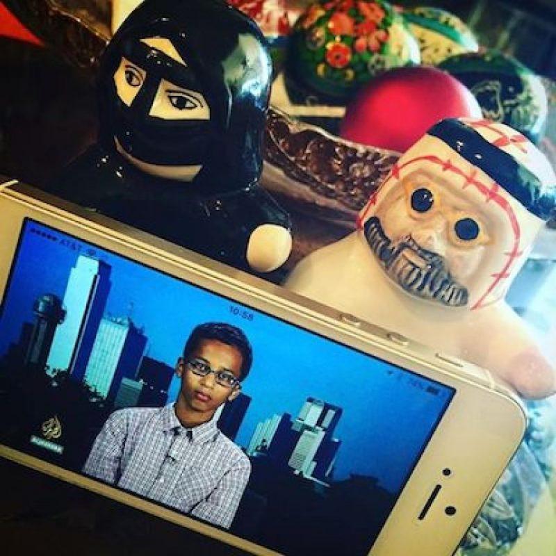 Además, musulmanes de todo el mundo posaron su fotografías de él o relojes en su apoyo Foto:Instagram.com/explore/tags/istandwithahmed/