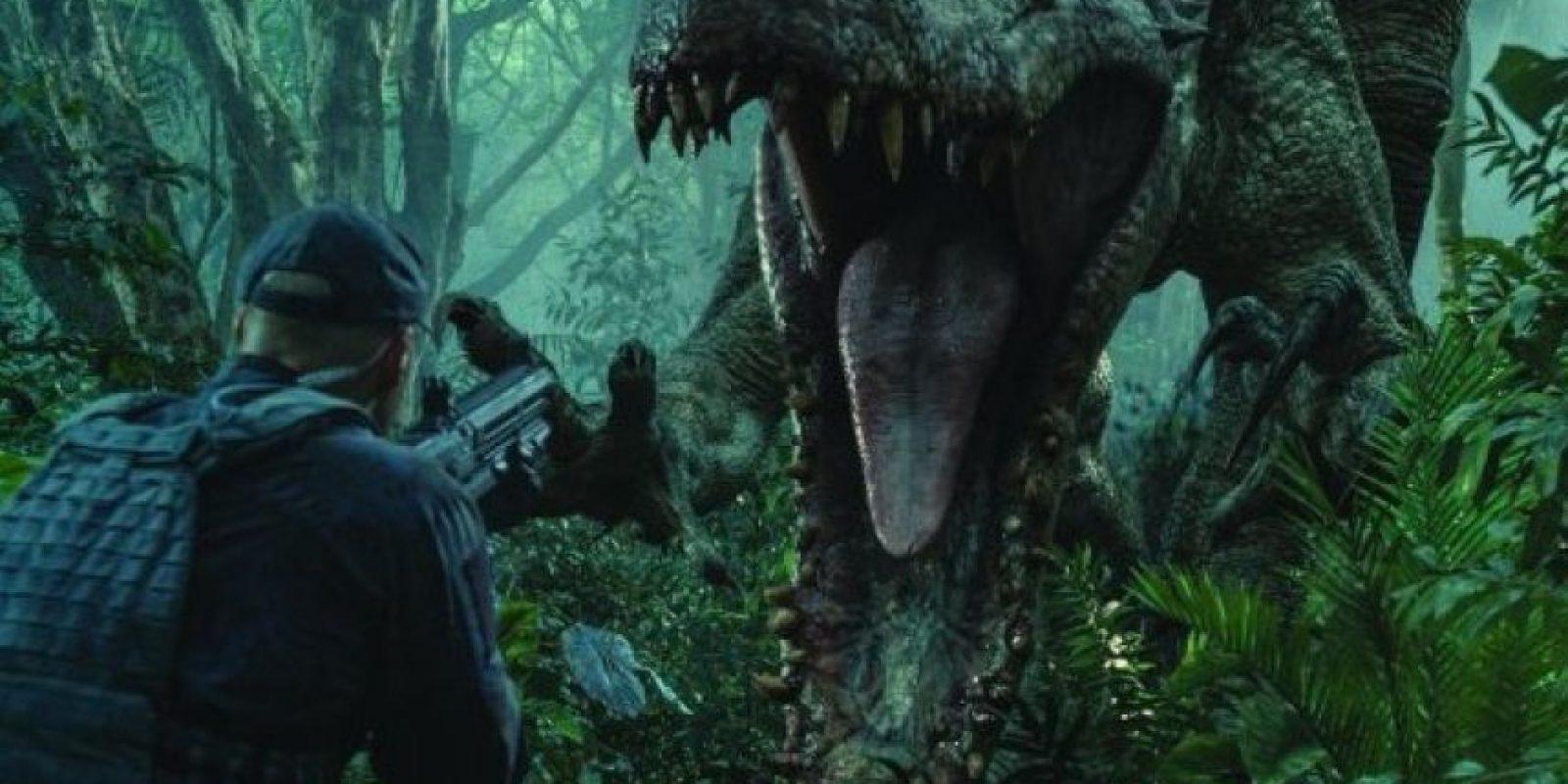 """2. Justo antes de emboscar a un """"Indominus Rex"""", el soldado lleva un rifle con mira. Sin embargo, en la siguiente toma lleva una lanza, este error se repite aproximadamente cuatro veces. Foto:Universal Pictures"""