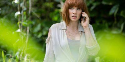 """11. Cuando """"Claire"""" encuentra el celular con la pantalla rota, lo recoge; cuando está a punto de dejarlo mágicamente la pantalla está bien. Foto:Universal Pictures"""
