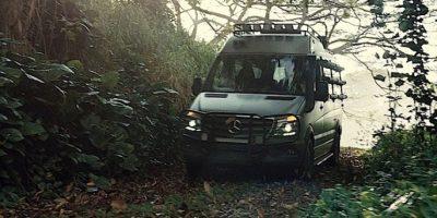 12. En la parte trasera del vehículo veterinario, cuando van los niños, la mano de alguien del equipo de producción se refleja en el tanque de aire. Foto:Universal Pictures