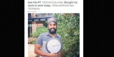 Musulmanes posan con relojes en señal de apoyo. Foto:vía Twitter
