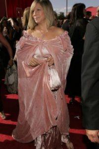 Barbra Streisand en 2004 trayendo el sofá de una película porno de los 70 en los hombros. Foto:vía Getty Images