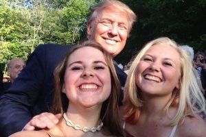 2. Las hermanas Addy y Emma Nozell, de Estados Unidos, tuvieron una peculiar iniciativa la cual consistía en tomarse un selfie con todos los precandidatos a la presidencia de su país. Foto:Vía twitter.com/PrezSelfieGirls