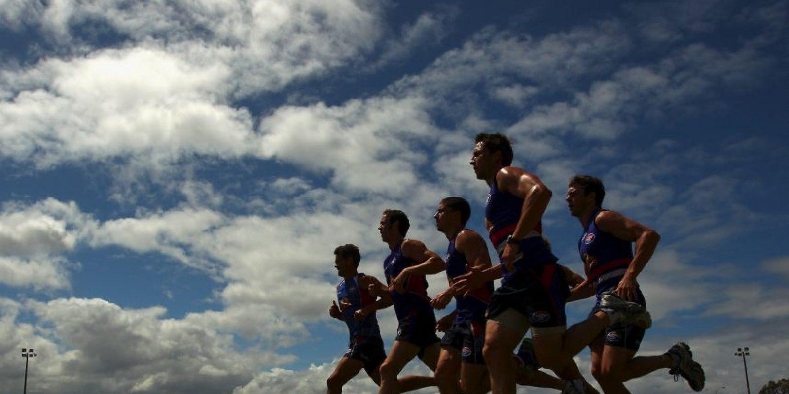 """El """"runner"""" tiene otros amigos """"runners"""", tienen la misma rutina, y juntos acuden a carreras de todo tipo, solidarias, temáticas, anuales, entre otras. Foto:Getty Images"""