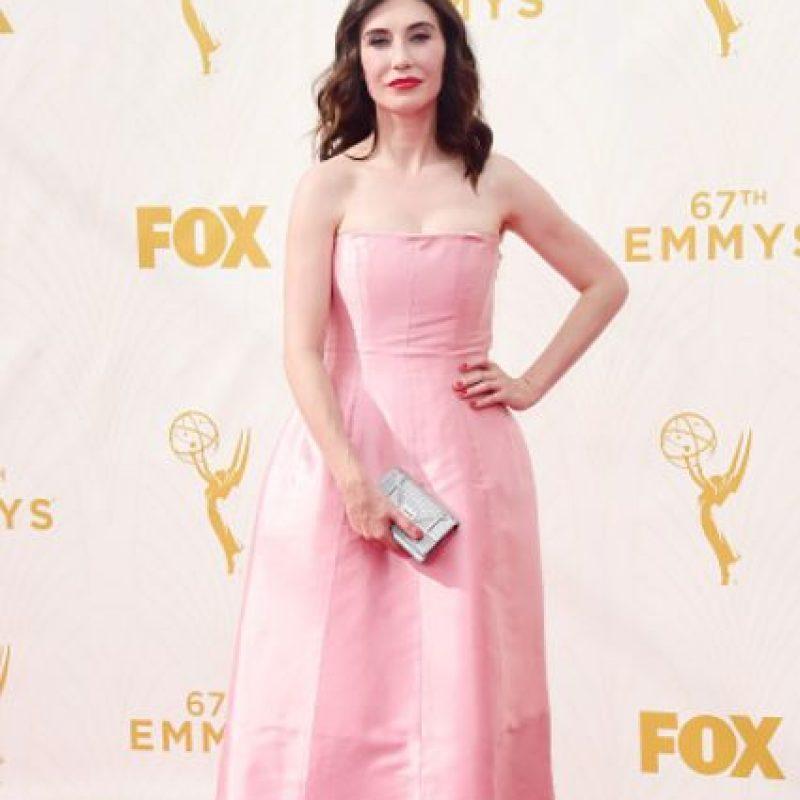 Carice Van Houten fingiendo ser la quinceañera rosa que no es. Foto:vía Getty Images