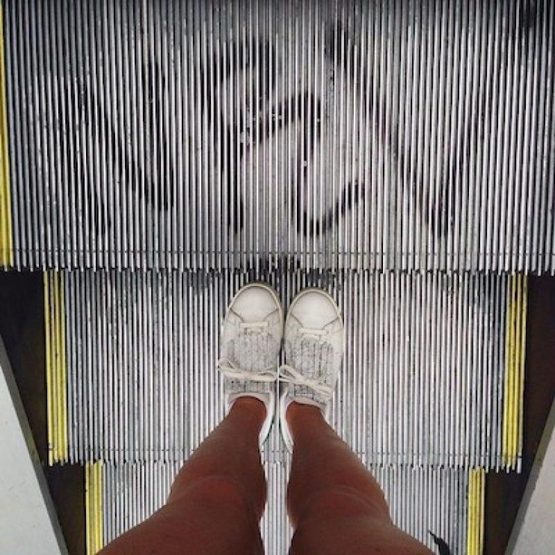 De acuerdo con la empresa de tecnología española OTIS, tampoco se debe utilizar una escalera eléctrica como escalera normal Foto:Instagram.com/explore/tags/escalator/