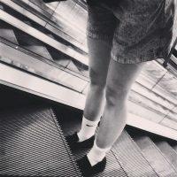 No usarlas descalzo o con los cordones desamarrados Foto:Instagram.com/explore/tags/escalator/