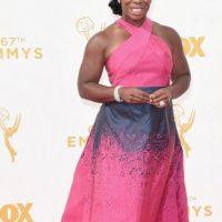Uzo Aduba con un color rechinante, un vestido que la hace ver más grande y un desastre de estampado. Foto:vía Getty Images