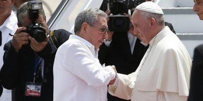 El papa Francisco (d) se despide del presidente de Cuba Raúl Castro en el aeropuerto Antonio Maceo, en Santiago de Cuba (Cuba). Foto:EFE/Orlando Barría
