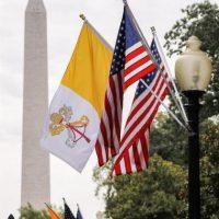Vista de las banderas del Vaticano (i) y de Estados Unidos (d) en la Casa Blanca Foto:EFE/Erik S. Lesser