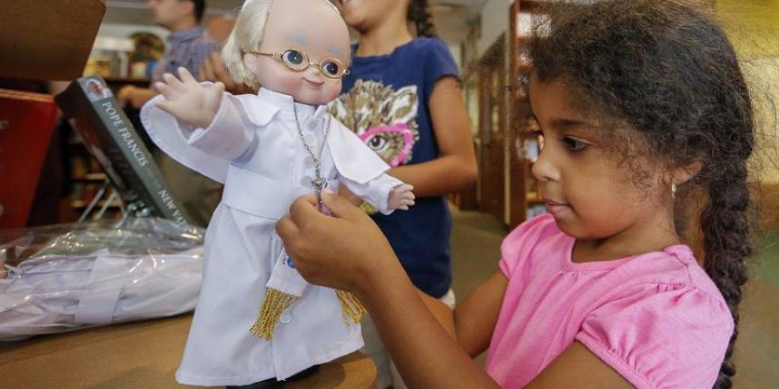Una niña observa un muñeco que representa al papa Francisco en una tienda de Washington, Columbia, Estados Unidos. Foto:EFE/Erik S. Lesser
