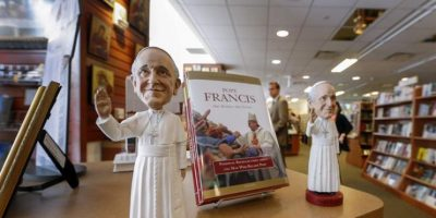 Vista de recuerdos con la efigie del papa Francisco en una tienda de Washington, Columbia, Estados Unidos, hoy 22 de septiembre de 2015. Foto:EFE/Erik S. Lesser
