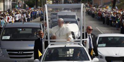 El papa Francisco viaja en papamóvil hacia el aeropuerto aeropuerto Antonio Maceo hoy, martes 22 de septiembre de 2015, en Santiago (Cuba). Foto:EFE/Enrique De la Osa/POOL