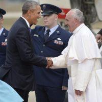 El presidente estadounidense, Barack Obama (i), recibe al papa Francisco (d) hoy, martes 22 de septiembre de 2015, en la base aérea de Andrews, Maryland (EE.UU.). Foto:EFE/Olivier Douliery/POOL