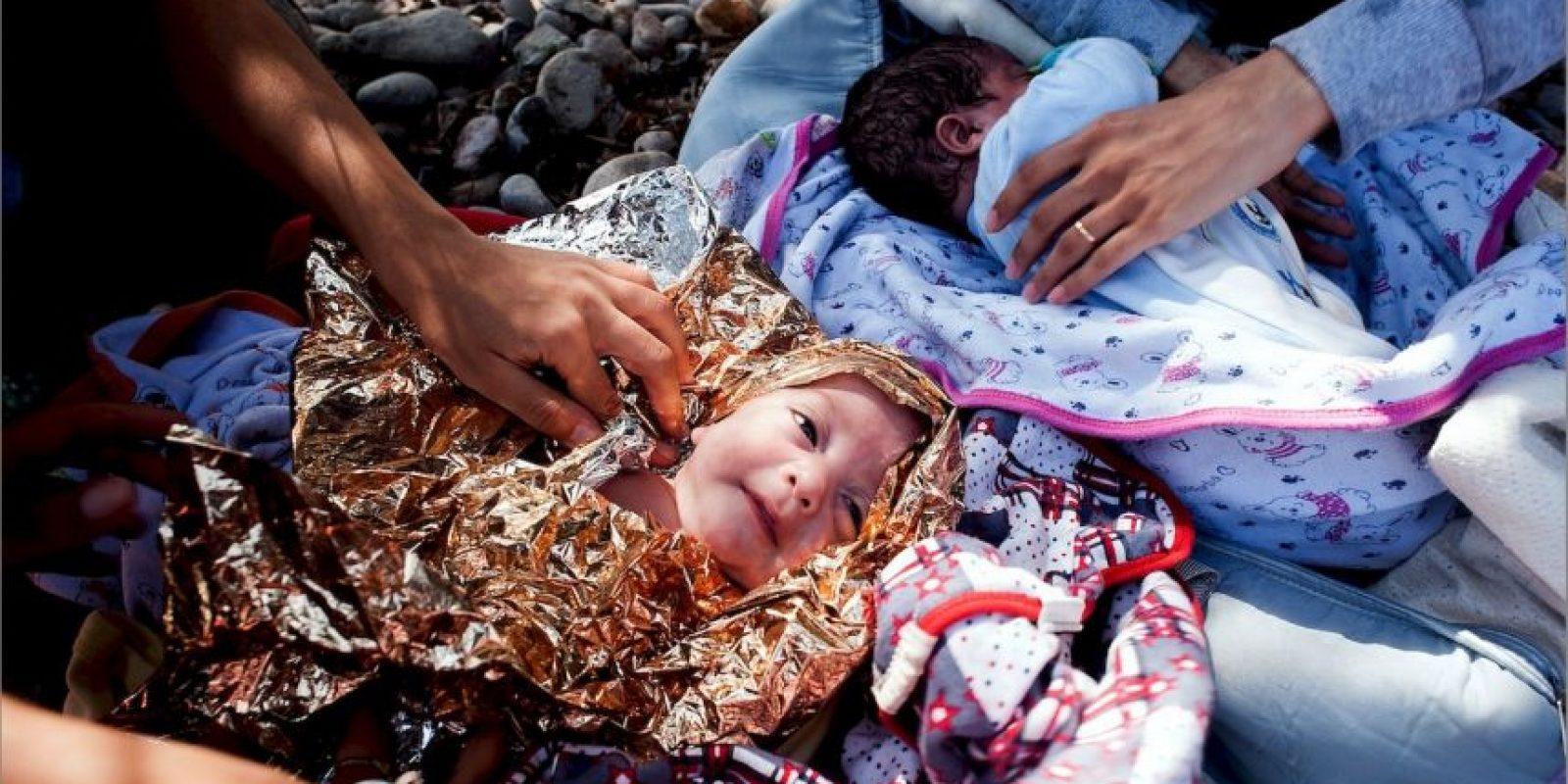 Un niño fue envuelto en papel metálico para poder conservar su calor y llegar a Europa Foto:AFP