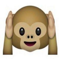 """Es uno de los tres monos sabios, parte de un proverbio budista que en este caso es: """"No voy a escuchar el mal"""". Utilizado para: """"No quiero escuchar eso"""". Foto:emojipedia.org"""
