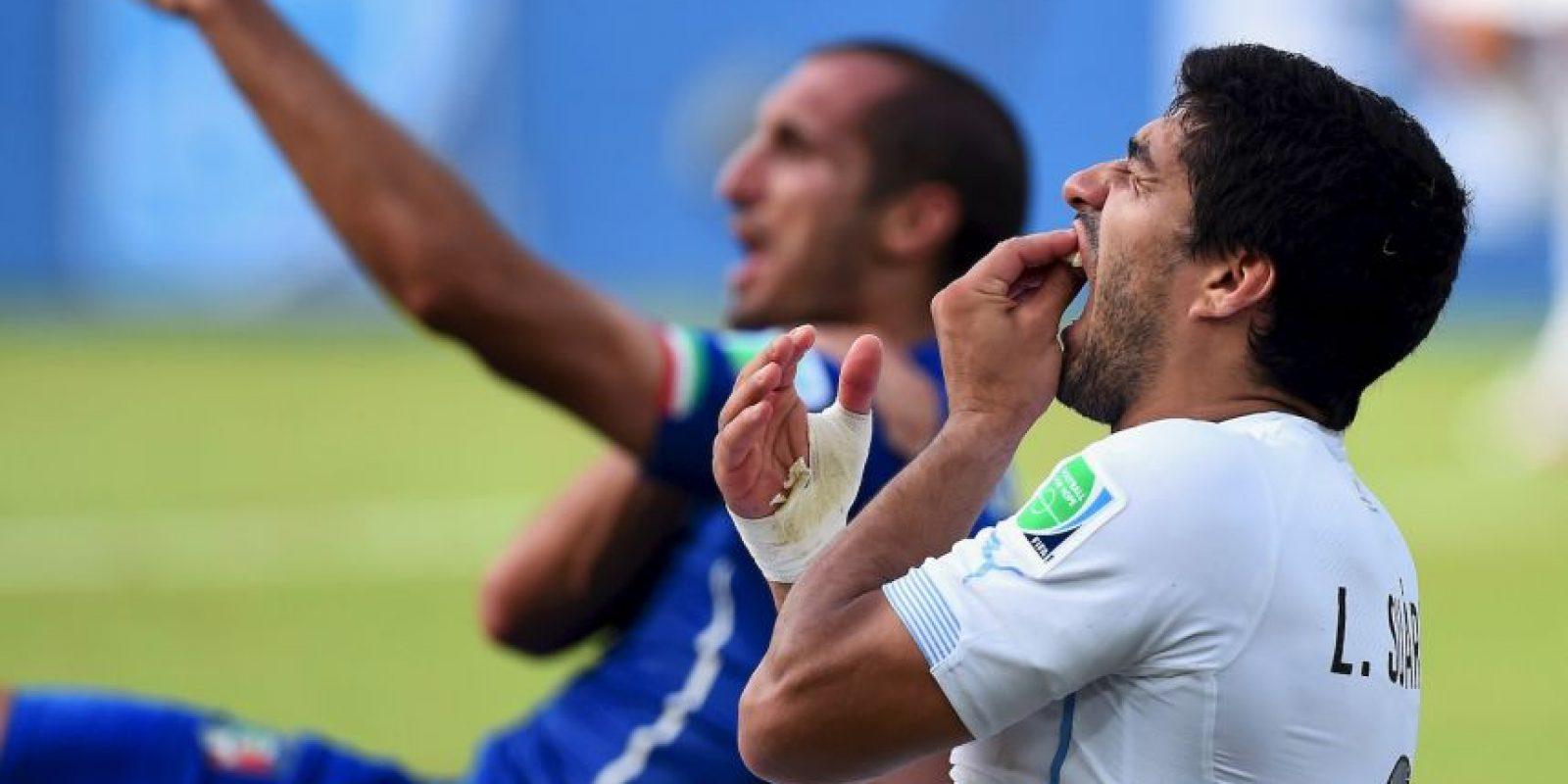 Durante el Uruguay vs. Inglaterra de la fase de grupos, Suárez mordió a Giorgio Chiellini. Foto:Getty Images