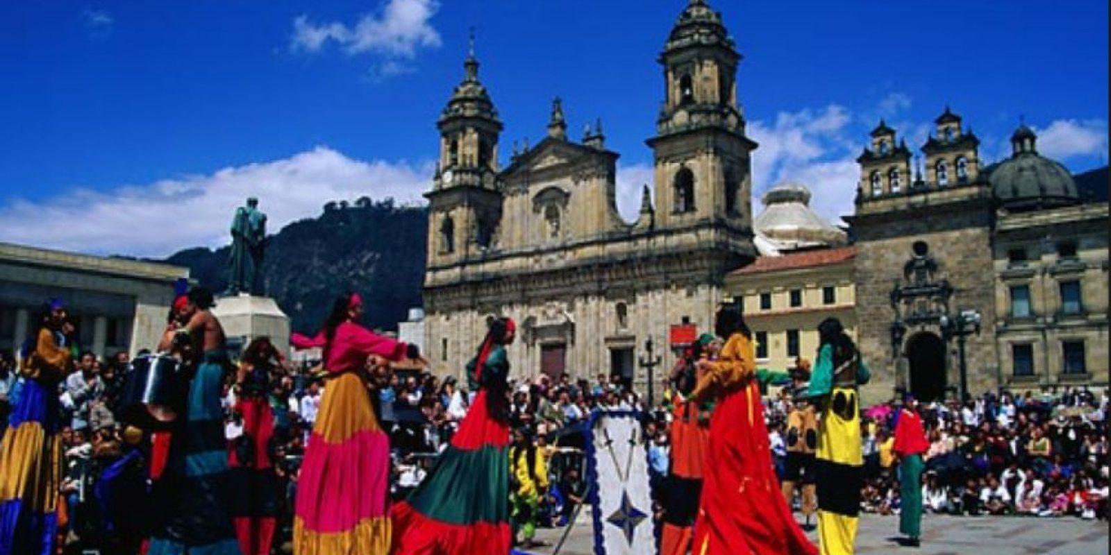 En la capital de Colombia las personas trabajan dos mil 96 horas al año. Foto:Vía flickr.com
