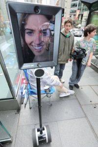 Se trata de un robot que está soportado por un Segway, mismo que en la parte superior tiene un iPad. Foto:facebook.com/atomic212