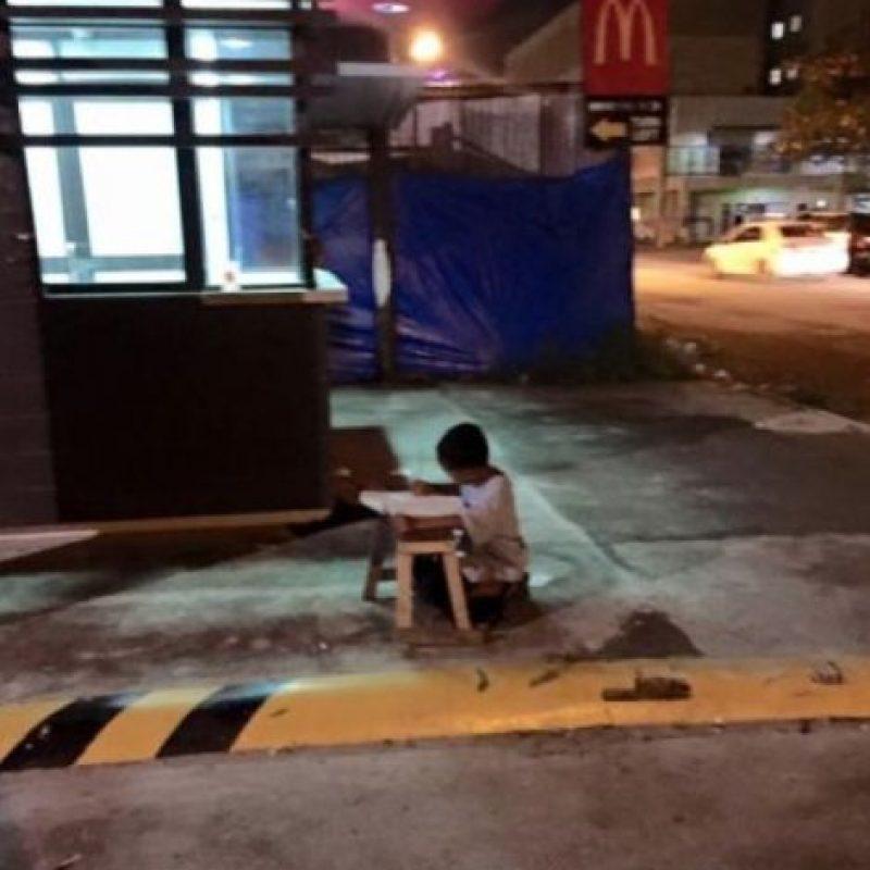 En la foto, que Gilos Torrefranca, estudiante de medicina en Manila, Filipinas publicó en su Facebook, se observa cómo el pequeño Daniel Cabrera se acerca a un restaurante de comida rápida para alumbrarse un poco y poder terminar su tarea escolar. Foto:Vía Facebook/JoyceGilosTorreblanca