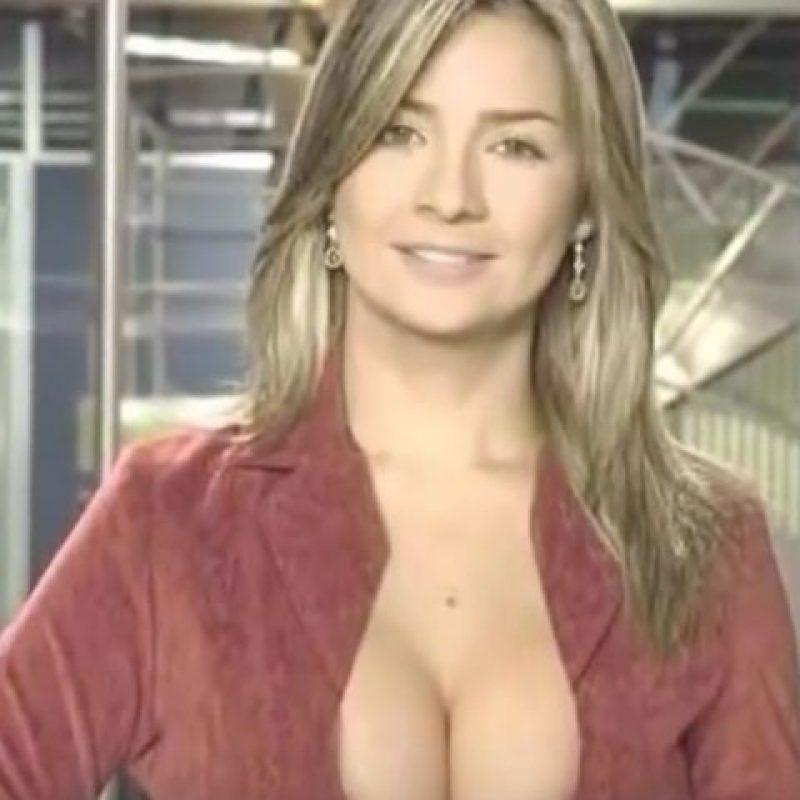 Vicky Dávila, presentadora de noticias de Colombia. Su escote llamaba la atención de todos los espectadores. Foto:Vía Youtube