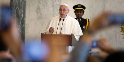 Ahí, rindió tributo a los trabajadores fallecidos de la ONU Foto:AFP