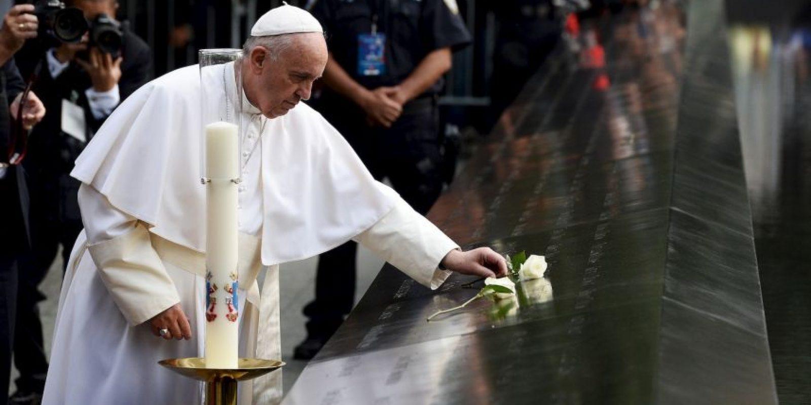 Con unas rosas blancas honró a las víctimas. Foto:AFP