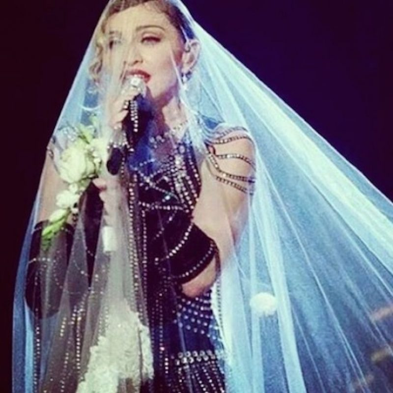 """4. En la misma gira, la """"reina del pop"""" utilizó una serie de armas de juguete para interpretar las canciones de la primera parte de espectáculo. Foto:Instagram/madonna"""