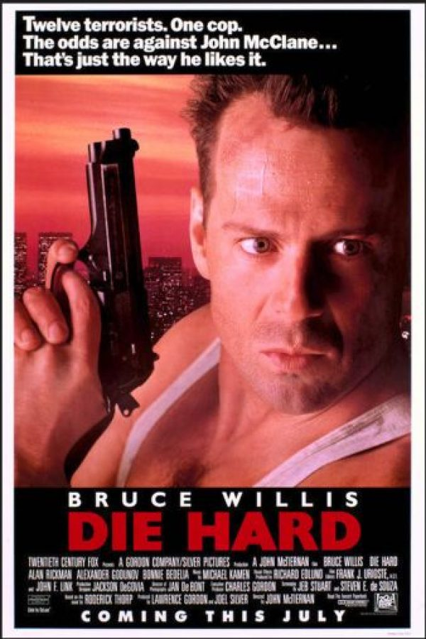 Este clásico de la década de los 80 cuenta la historia de un policía que combate solo a 12 terroristas Foto:Silver Pictures