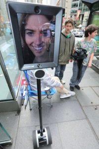 Se trata de un robot que está soportado por un Segway, mismo que en la parte superior tiene un iPad Foto:facebook.com/atomic212