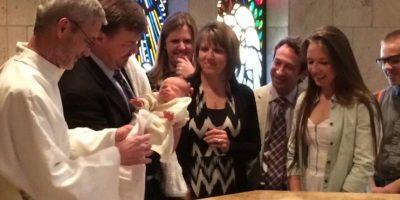 Lynn Cassidy, madre de Ave aseguró que la vida de su pequeña fue gracias a la bendición del Papa Foto:Vía facebook.com/lynn.cassidy2