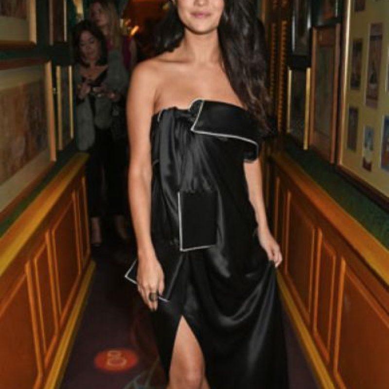 A Selena Gomez le quitaron el vestido a tijeretazos. Foto:vía Getty Images