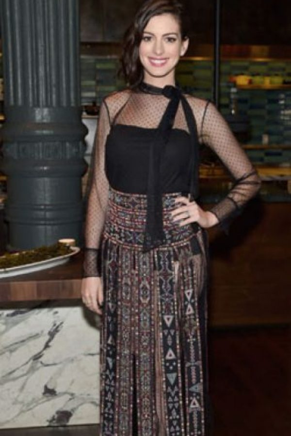 """Anne Hathaway y un ridículo lazo que solo se pondría """"Candy Candy"""". Foto:vía Getty Images"""