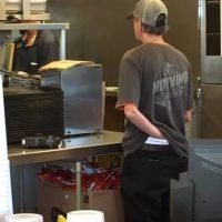Este empleado de una conocida cadena de comida tex-mex fue visto haciendo esto. Por supuesto, la imagen se viralizó y fue despedido. Foto:vía Facebook