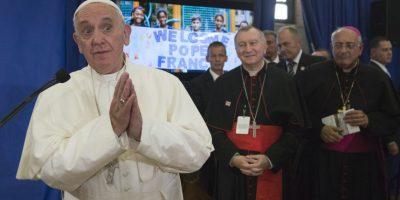 Decenas de alumnos recibieron al Papa Francisco. Foto:AP