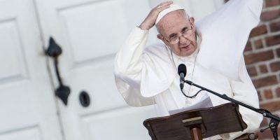 """Fotos: Estas son las constantes """"luchas"""" del Papa contra su capa"""