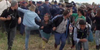 Esto justo cuando la camarógrafa Petra László repartía patadas y zancadillas a los refugiados Foto:AP