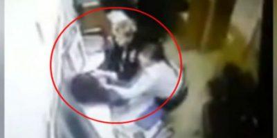 Video: Hombre huye de comisaría y pierde los pantalones